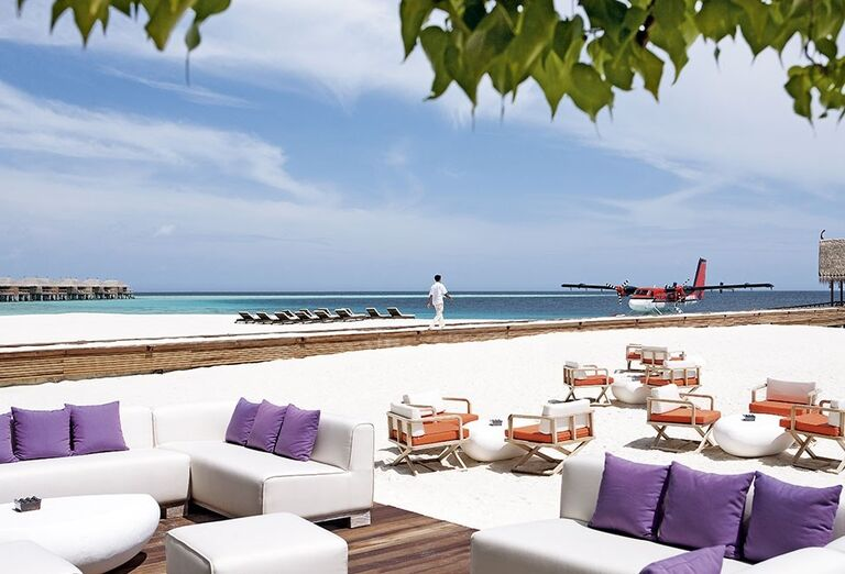 Posedenie na vonkajšej terase hotela Constance Moofushi