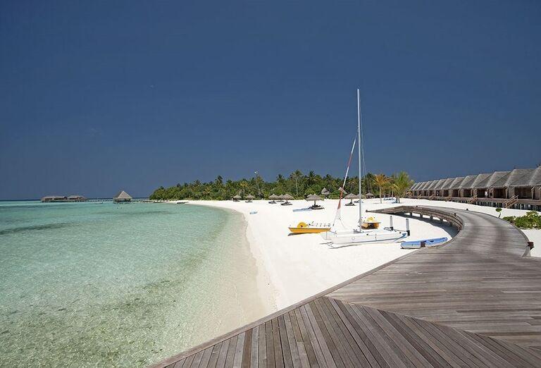 Krásna biela piesočnatá pláž