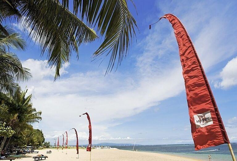 Piesočnatá pláž pred hotelom Mercure Resort Sanur