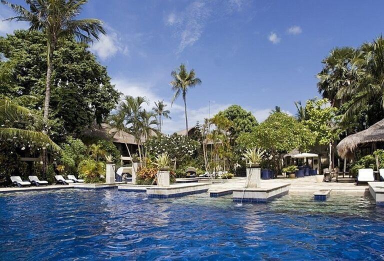 Relax pri bazéne v hoteli Mercure Resort Sanur