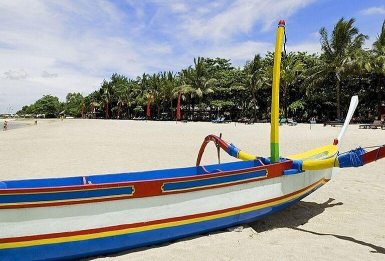 Široká piesočnatá pláž hotela Mercure Resort Sanur