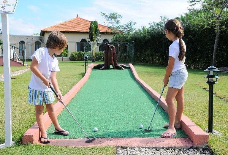 Možnosť zahrať si minigolf v záhrade hotela