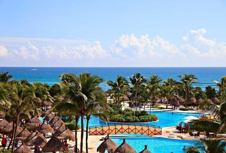 Pohľad na bazény v areáli hotela