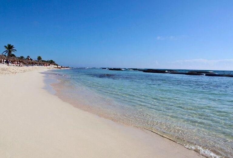 Široká piesočnatá pláž s pozvoľným vstupom do mora