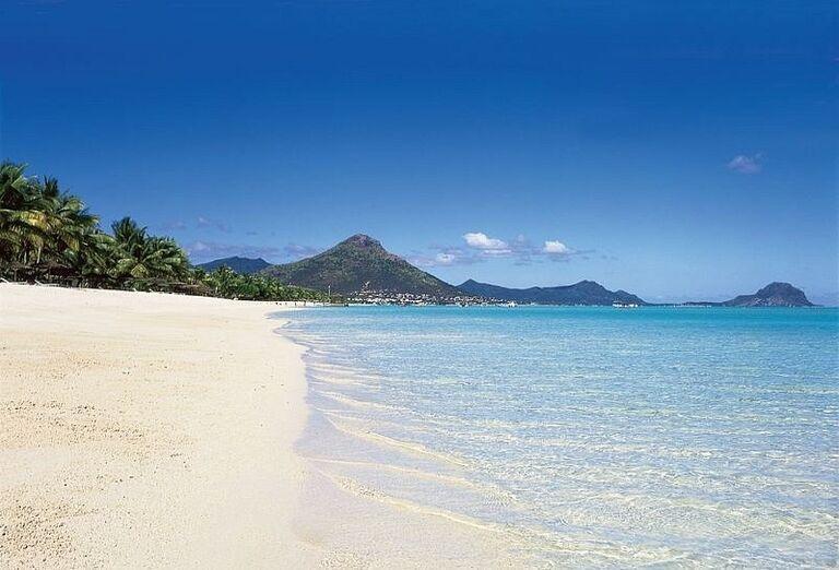 Široká piesočnatá pláž pre hotelom La Pirogue