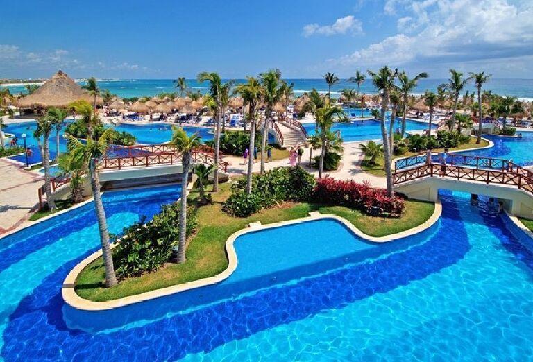 Komplex bazénov v Luxury Bahia Principe Akumal