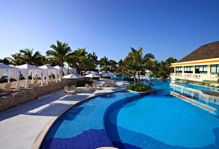 Oddych pri bazéne v hoteli Luxury Bahia Principe Akumal