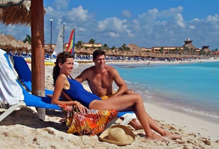 Hotel Luxury Bahia Principe Akumal -  pár na pláži