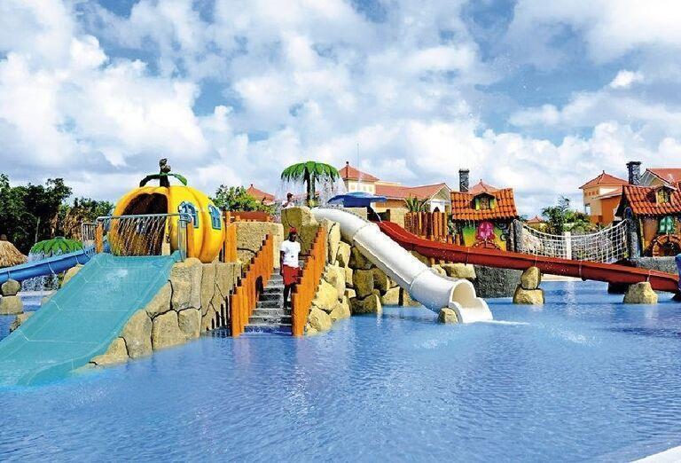 Bazén so šmýkačkami v Luxury Bahia Principe Akumal