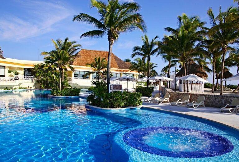 Relax pri bazéne v Luxury Bahia Principe Akumal