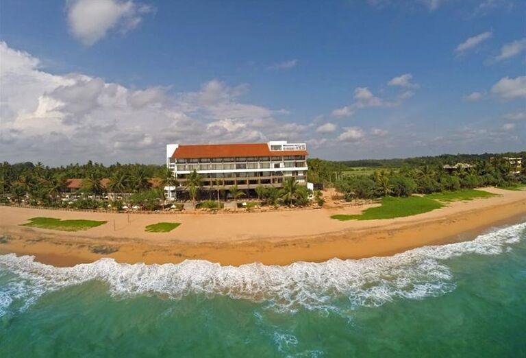Pohľad od mora na hotel Pandanus Beach Resort