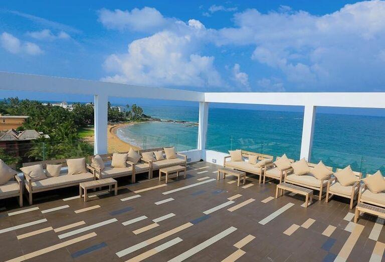 Terasa s výhľadom na more v hoteli Pandanus Beach Resort