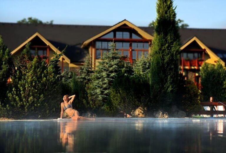 Dievča pri bazéne, Bešeňová, Gino Paradise