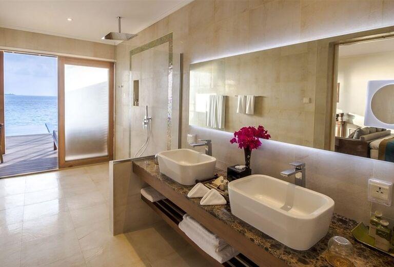 Kúpeľňa s výhľadom na more v rezorte Hurawalhi Island Resort Maldives