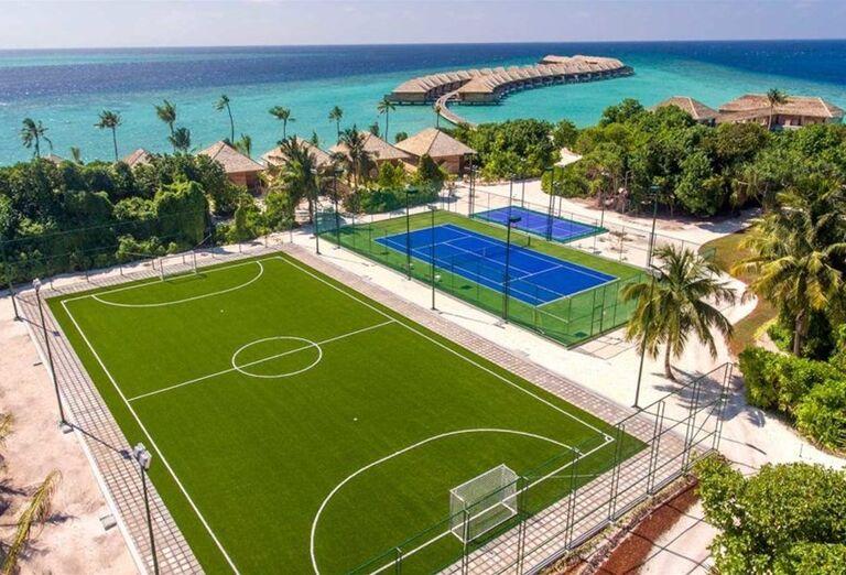 Zahrajte si futbal aj tenis v areáli hotela - Hotelový Resort Hurawalhi Island Resort Maldives