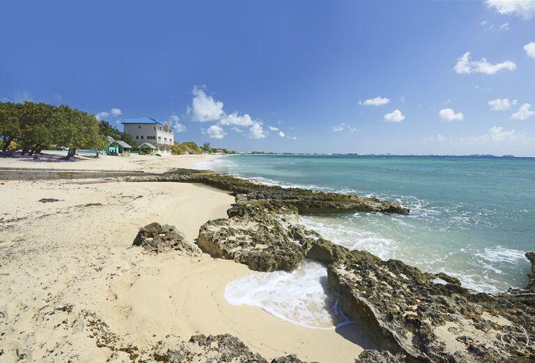 Výletná Loď MSC Divina - Južný Karibik - pláž so skalami