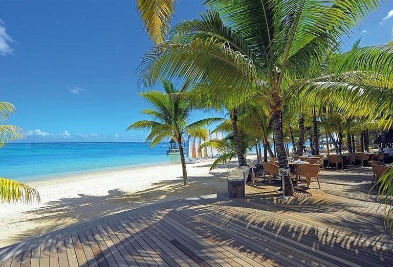 Terasa vedúca k pláži pred hotelom Canonnier Beachcomber Golf Resort & Spa