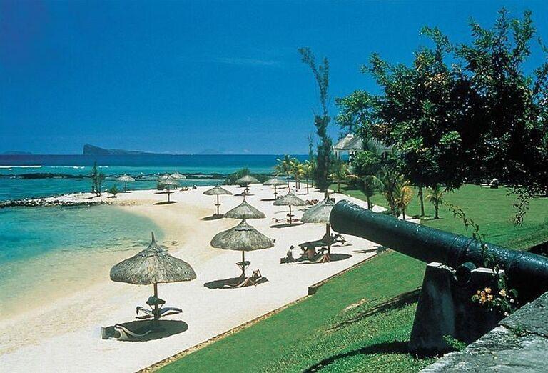 Pláž so slnečníkmi pred hotelom Canonnier Beachcomber Golf Resort & Spa