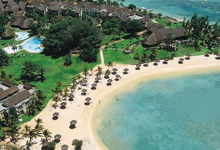 Pohľad na pláž a komplex hotela Canonnier Beachcomber Golf Resort & Spa