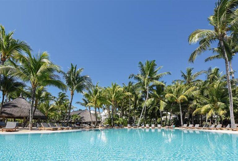 Oddych pri bazéne hotela Canonnier Beachcomber Golf Resort & Spa