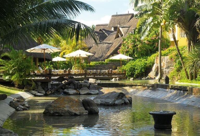 Jazierko s fontánou v hoteli Canonnier Beachcomber Golf Resort & Spa