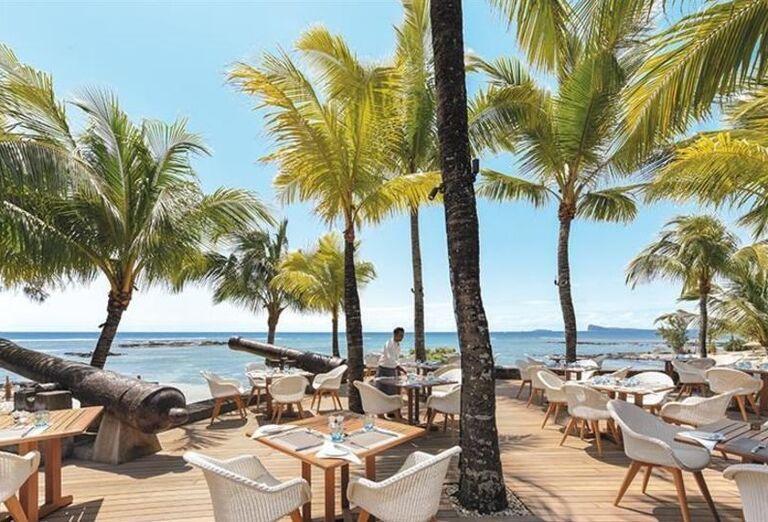 Terasa s delami a výhľadom na more v hoteli Canonnier Beachcomber Golf Resort & Spa