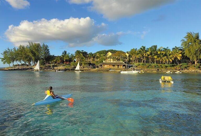 Vodné športy v mori pred hotelom Canonnier Beachcomber Golf Resort & Spa