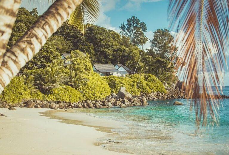 Piesočnatá pláž priamo pred hotelom