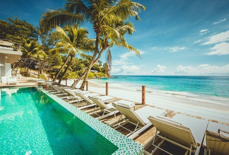 Relax pri bazéne s výhľadom na more
