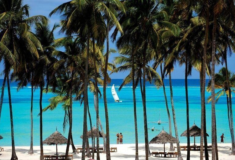 Pohľad na pláž a pokoj vychádzajúci z mora v hoteli Dream of Zanzibar
