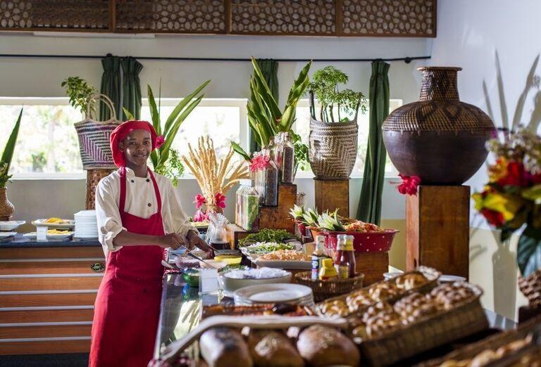 Kuchár pri švédskych stoloch v hoteli Dream of Zanzibar