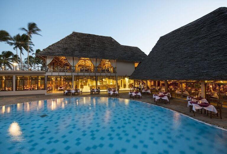 Pohľad od bazéna na časť hotela Neptune Pwani Beach Resort & Spa
