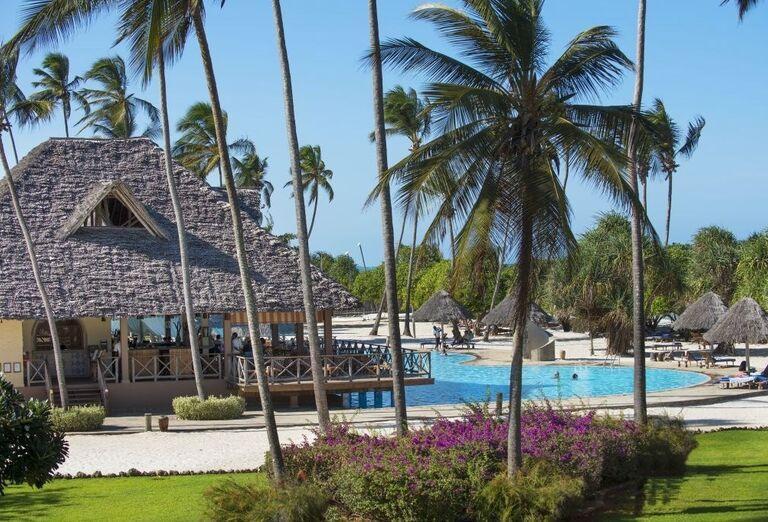 Reštaurácia nad bazénom v hoteli Neptune Pwani Beach Resort & Spa