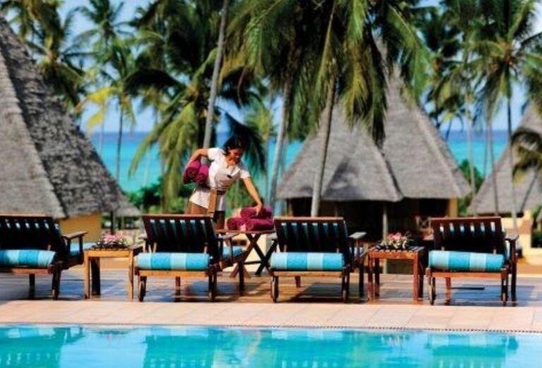 Ležadlá pri bazéne hotela Neptune Pwani Beach Resort & Spa