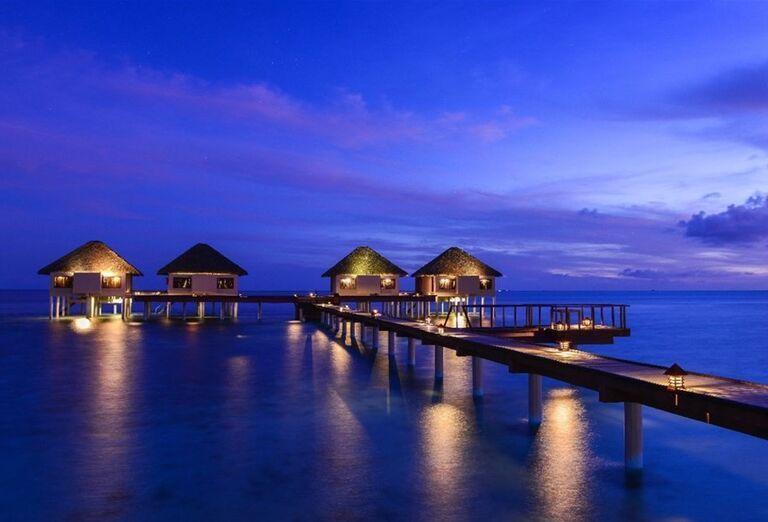 Večerný pohľad na hotel Adaaran Prestige Vadoo