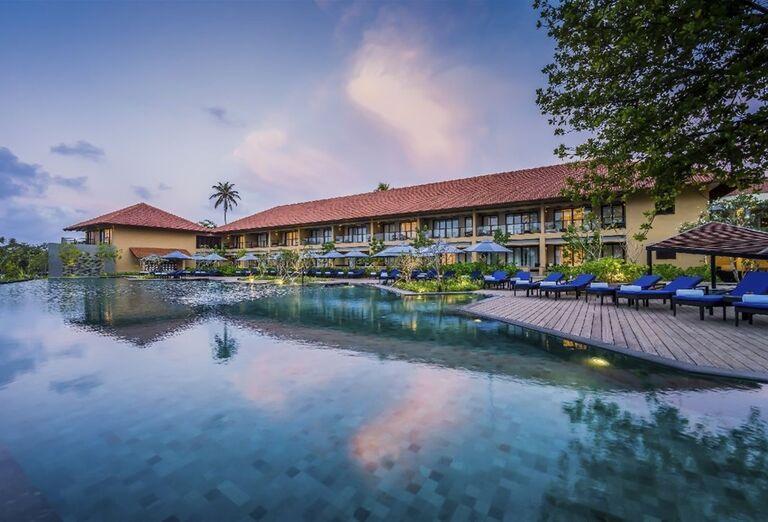 Pohľad na hotel s bazénom