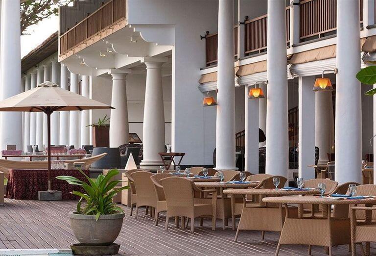 Posedenie na terase hotela The Fortress Resort & Spa
