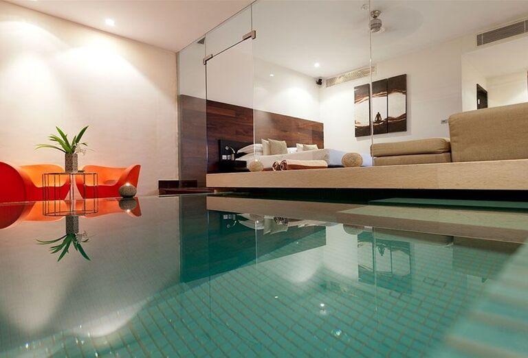 Vnútorný bazén v hoteli The Fortress Resort & Spa