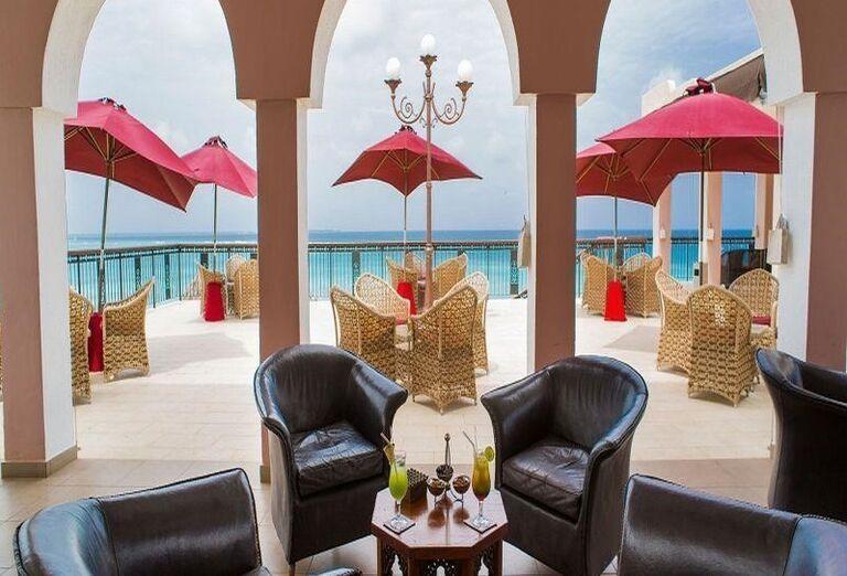 Terasa s výhľadom na more v hoteli RIU Palace Zanzibar