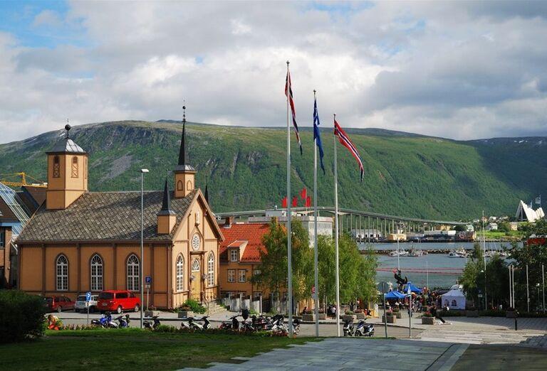 Letný pohľad na kostol v meste Tromso