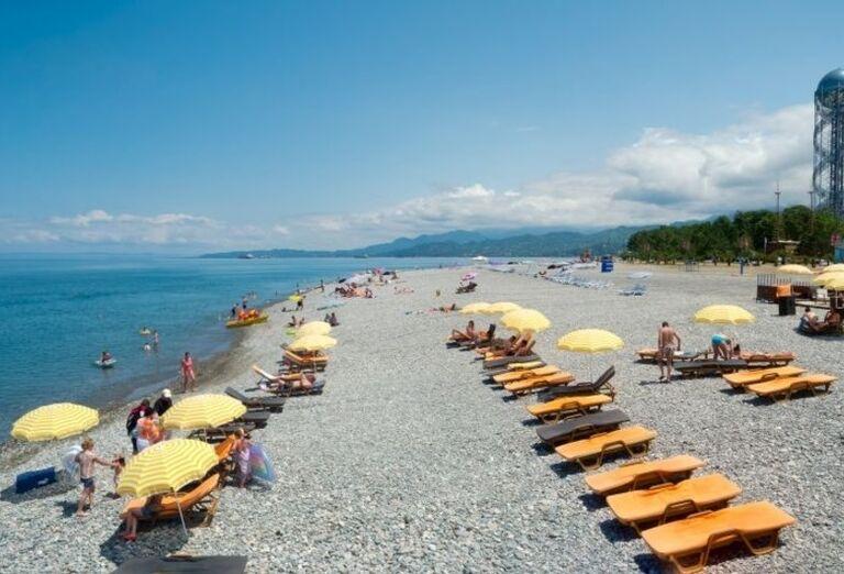 Západné Gruzínsko - lehátka na pláži
