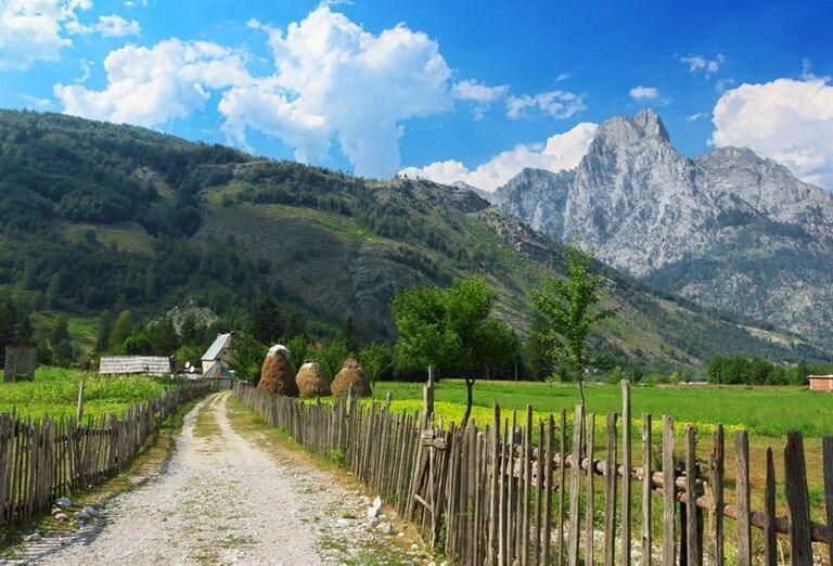 Albánsko -  kamenná cesta