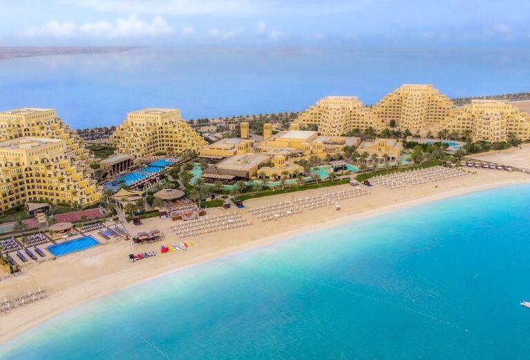 Krásna pláž pred hotelom Rixos Bab Al Bahr