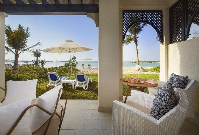Posedenie s výhľadom na more v rezorte Hilton Resort & Spa Ras Al Khaimah