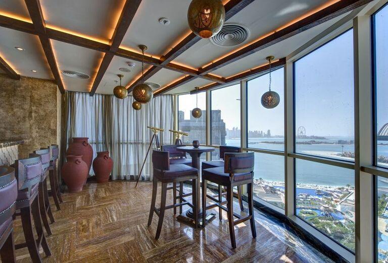 Bar v hoteli Dukes Dubai s výhľadom na mesto