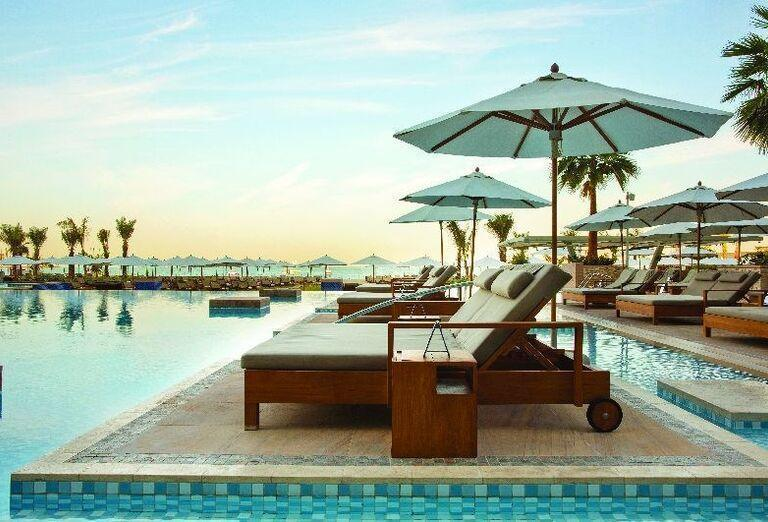 Ležadlá pri bazéne hotela Rixos Premium Dubai