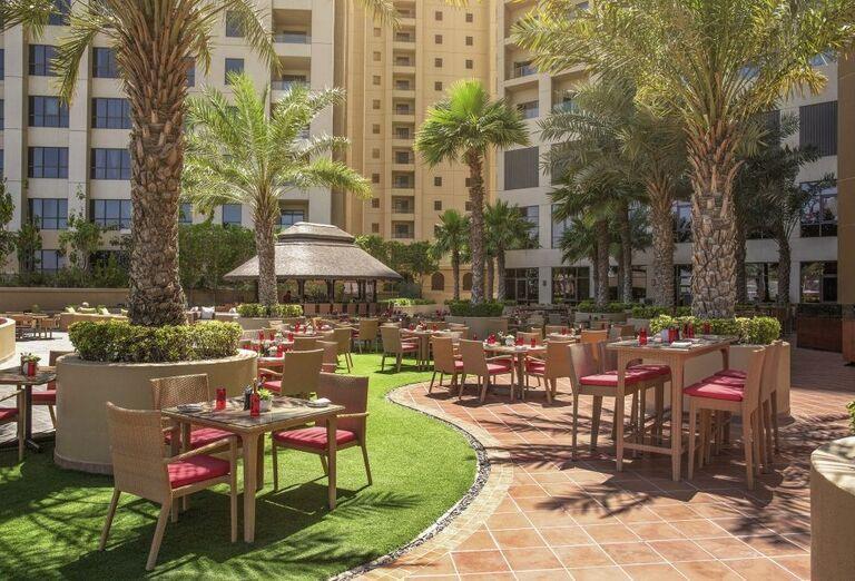 Vonkajšie posedenie v hoteli Amwaj Rotana Jumeirah Beach Residence