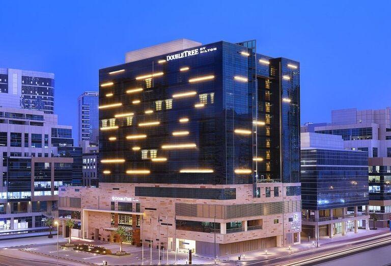 Večerný pohľad na hotel Doubletree by Hilton Dubai - Business bay