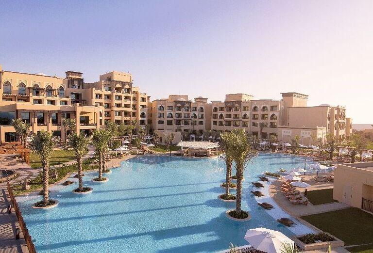 Pohľad od bazéna na hotel Saadiyat Rotana Resort & Villas Abu Dhabi