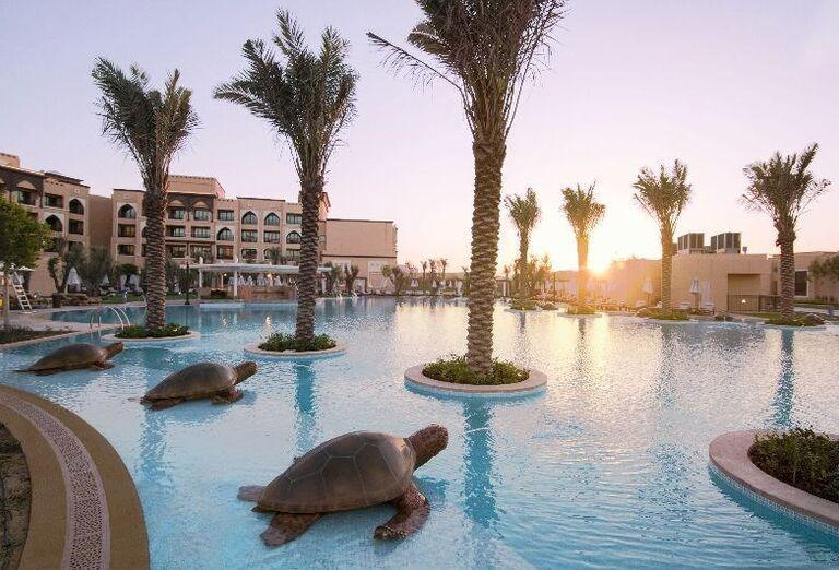 Bazén s korytnačkami v hoteli Saadiyat Rotana Resort & Villas Abu Dhabi
